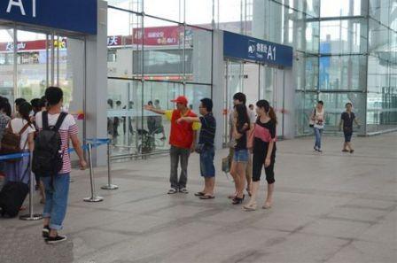 在深圳北站为乘客指引方向