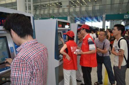 深圳北站,引导乘客购票