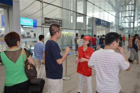 深圳北站,解答乘客的问题