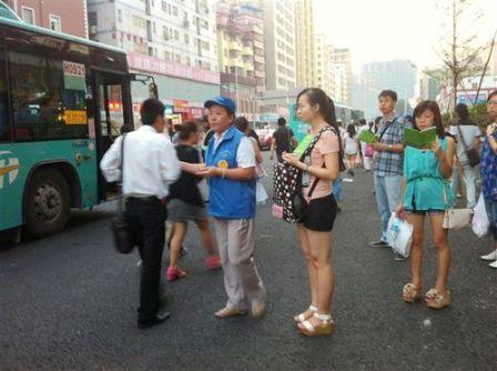 芦炎在党员志愿者活动中维持交通秩序,发放宣传资料